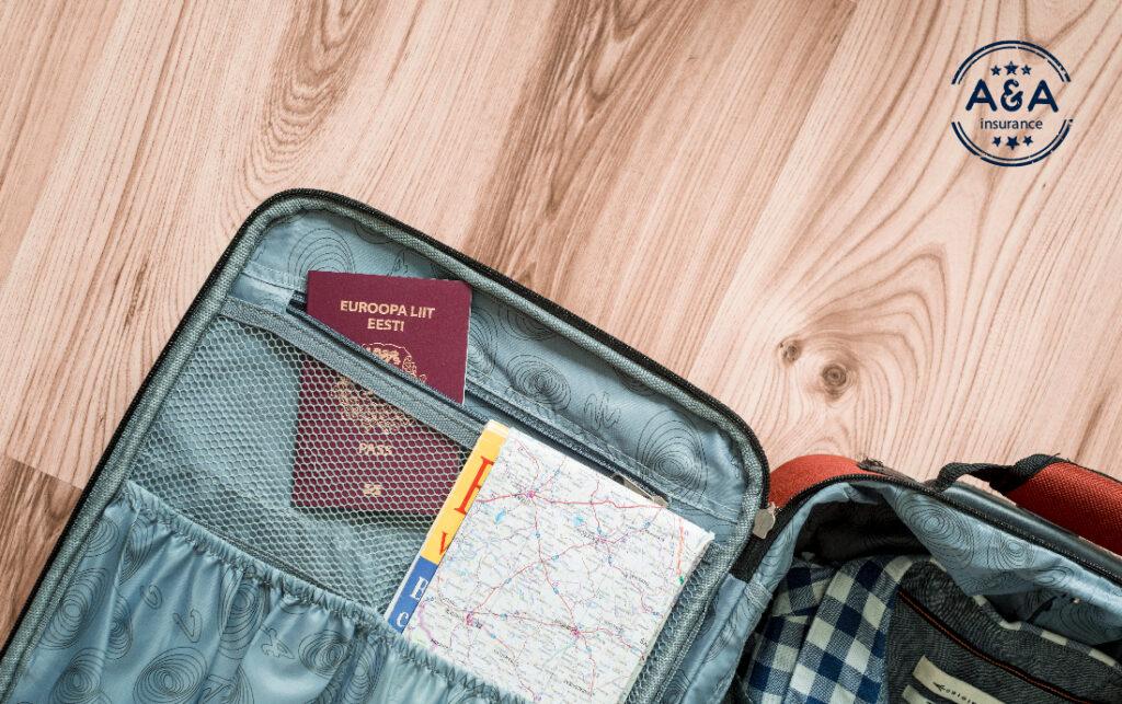 un pasaporte en una maleta abierta