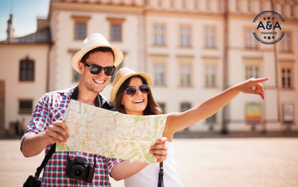 una mujer y un hombre revisan un mapa mientras pasean