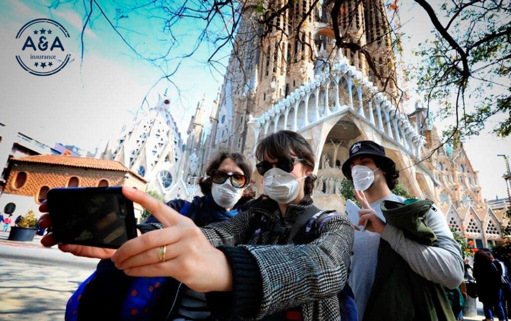 Unas personas tomándose una selfie con mascarillas puestas